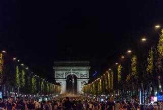 Paris : les supporters français fêtent la victoire sur les Cha