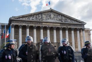 Paris : rassemblement devant l'assemblée Nationale contre le 49